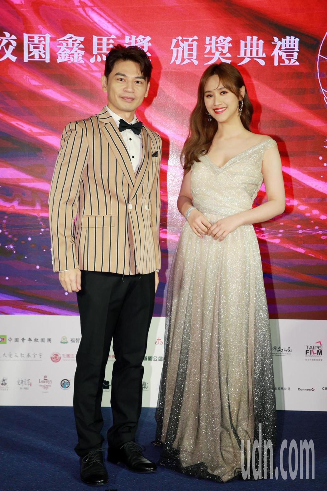 第一屆校園鑫馬獎晚間舉行頒獎典禮,由阿Ken(左)、Sandy吳姍儒(右)擔任主