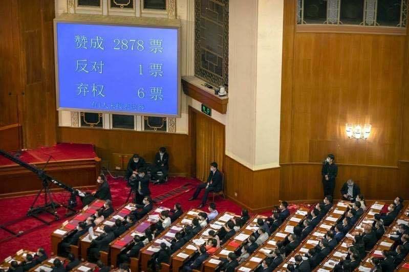 大陸全國人大以2,878票贊成、1票反對、6票棄權,表決通過「港版國安法」。圖/取自路透社