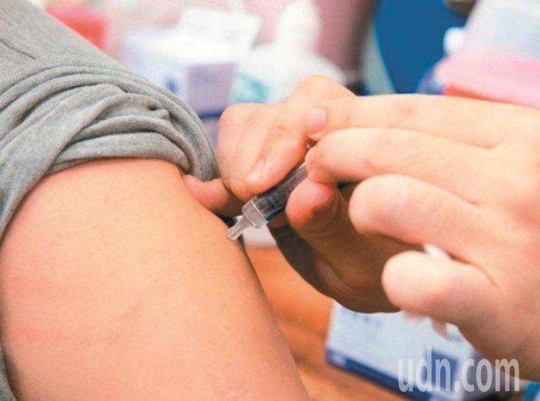 國內四合一疫苗供貨量不足,疾管署建議先提供準備入學的小一新生接種。圖/聯合報系資...
