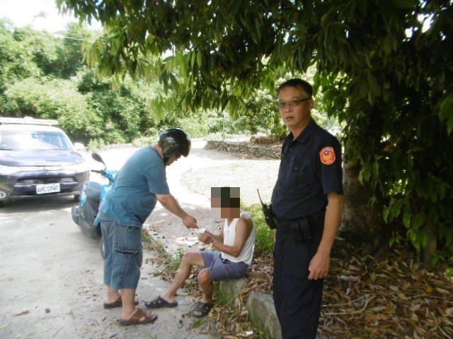 70歲余姓老翁(中)疑因氣候炎熱頭暈倒地受傷。記者徐白櫻/翻攝
