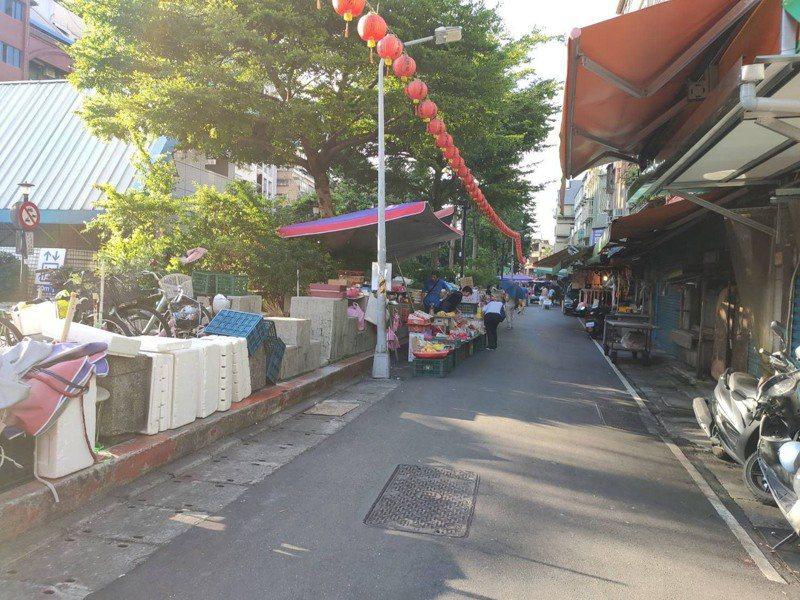 文昌宮至錦西街一帶,鄰近雙連菜市場,常有攤商置放物品,違規上人行道擺攤,影響交通用道。圖/北捷提供