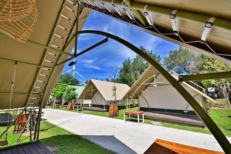 台中市府觀光旅遊局結合民間資源,打造合法濱海豪華露營區。圖/台中市觀旅局提供