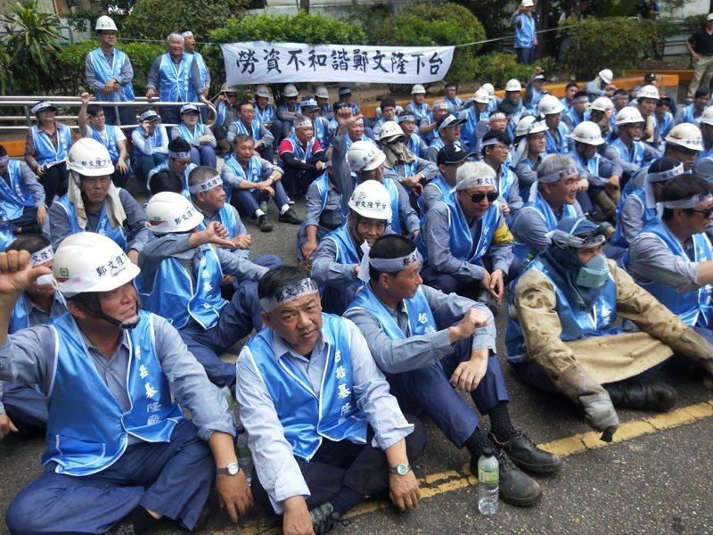台船基隆廠百餘名員工昨天中午頂著烈日靜坐抗議,要求董事長鄭文隆下台。 記者游明煌/攝影