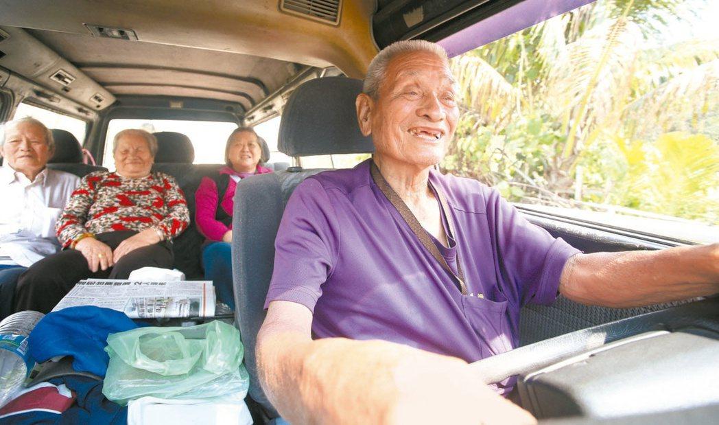 屏東縣旭海村民林春浦(右),卅三年來開著九人座老爺車載村民就醫、採買。(本報資料...