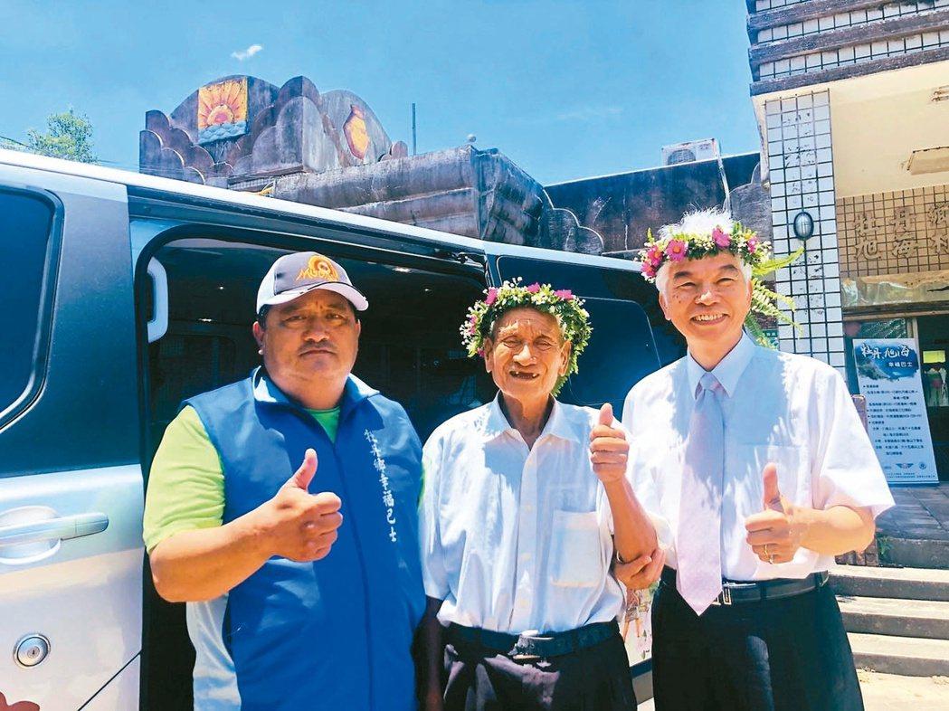 公總局長許鉦漳(右)昨天到屏東旭海村宣布幸福巴士駛入,八十三歲旭海阿伯林春浦(中...