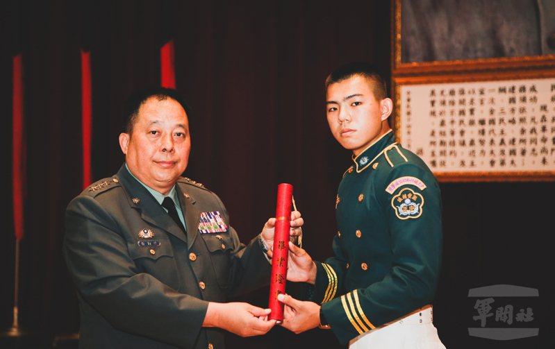 徐衍璞(左)頒發畢業證書給畢業生代表。圖/軍聞社