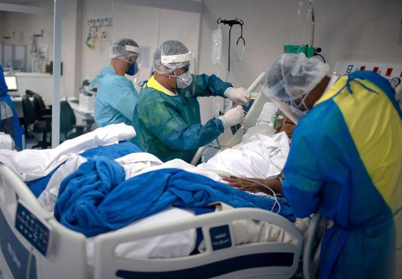 巴西疫情為僅次於美國、全球第2嚴峻的國家;圖為巴西醫護在救治病患。 法新社