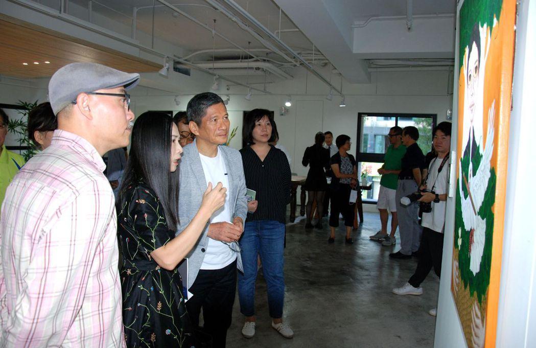文化部長李永得(右二)專注聆聽藝術家介紹作品。 楊鎮州/攝影