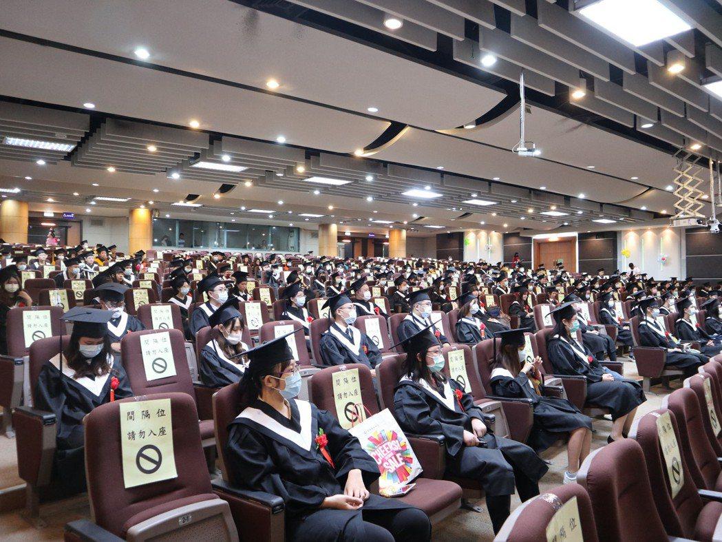 學校遵循防疫新生活原則辦理畢業典禮。 中臺科大/提供。