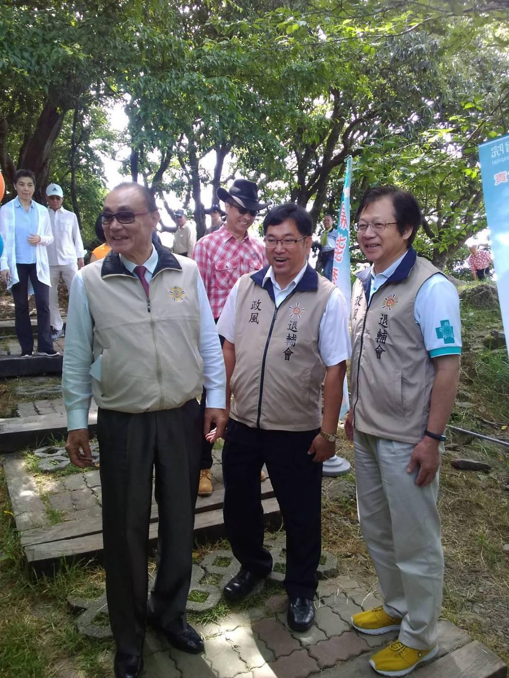 輔導會主委馮世寬(左一)蒞臨現場關心。 臺中榮總/提供。