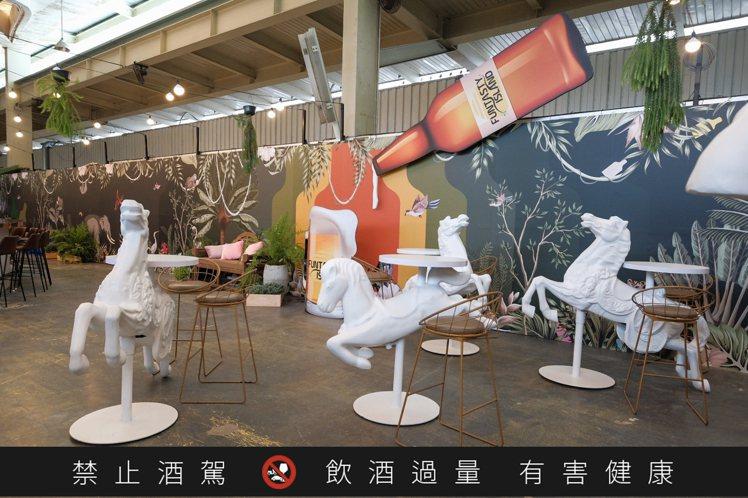 白色木馬造型的立食桌,適合民眾打卡。圖/主辦單位提供