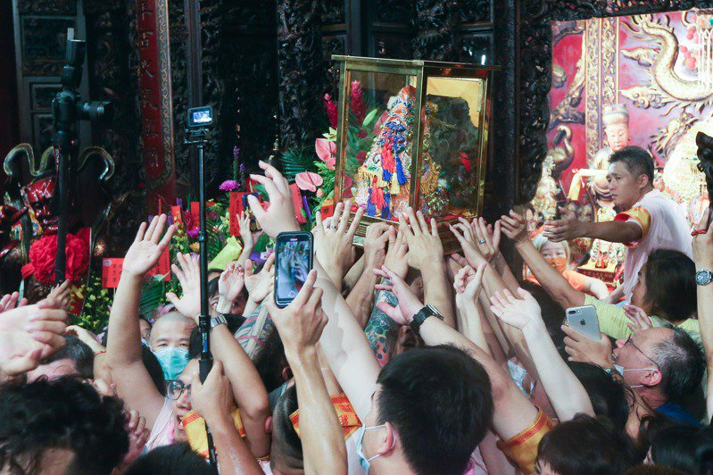3尊出巡遶境的媽祖神像陸續被迎接回廟內,隨後舉行安座大典,結束今年9天8夜遶境行程。記者黃仲裕/攝影