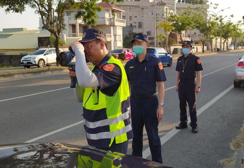 台南市交通大隊表示,執行機動測速取締都會站在明顯位置。圖/台南市交大提供