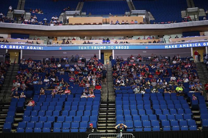 美國總統川普20日在奧克拉荷馬州土耳沙(Tulsa)的土耳沙體育館(BOK Center)舉行造勢大會,支持者等待川普進場。法新社