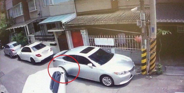 台中市李姓男子的轎車停在南區南門巷內,曾姓女子開車彎進巷內時撞上。記者陳宏睿/翻...