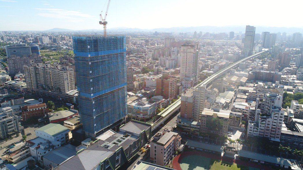 台中首座捷運共構宅年底完工,位在文華高中站。圖/台中市交通局提供