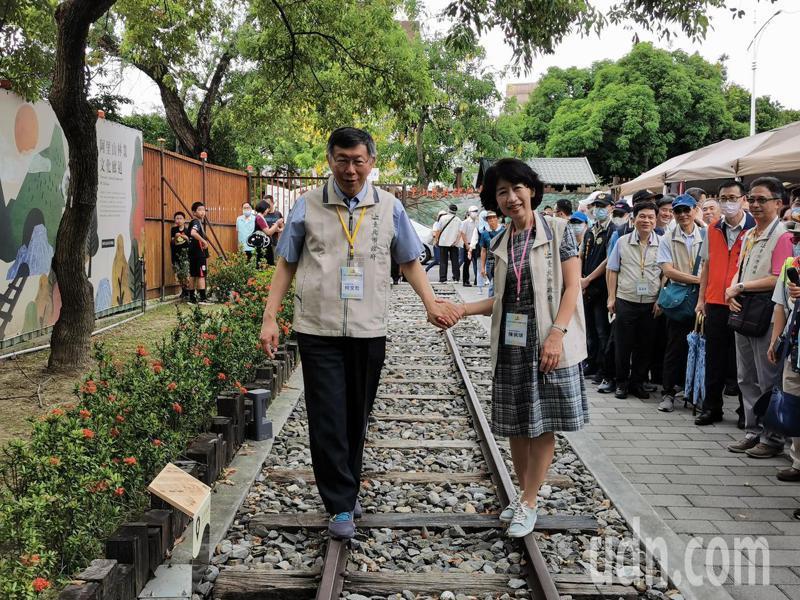 台北市長柯文哲、夫人陳佩琪,牽手試走鐵軌,柯文哲左右搖擺、重心不穩,直說「這好難」。記者卜敏正/攝影