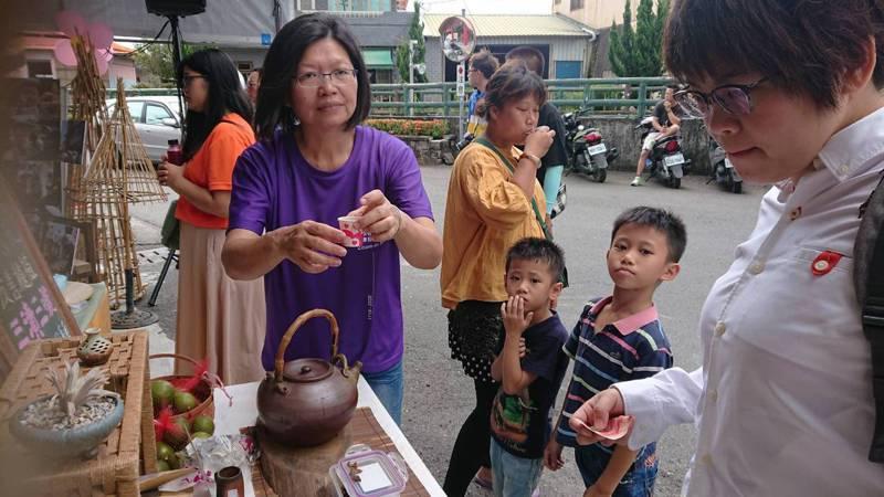 二水源泉社區農民展售友善種植的農特產品。記者簡慧珍/攝影