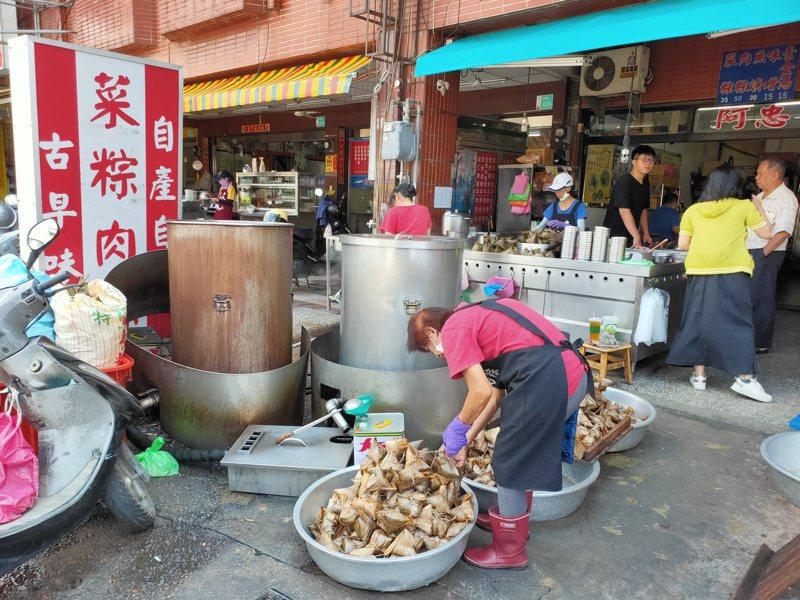 端午節即將來臨,台南市消保官稽查台南的傳統粽店。圖/市府提供