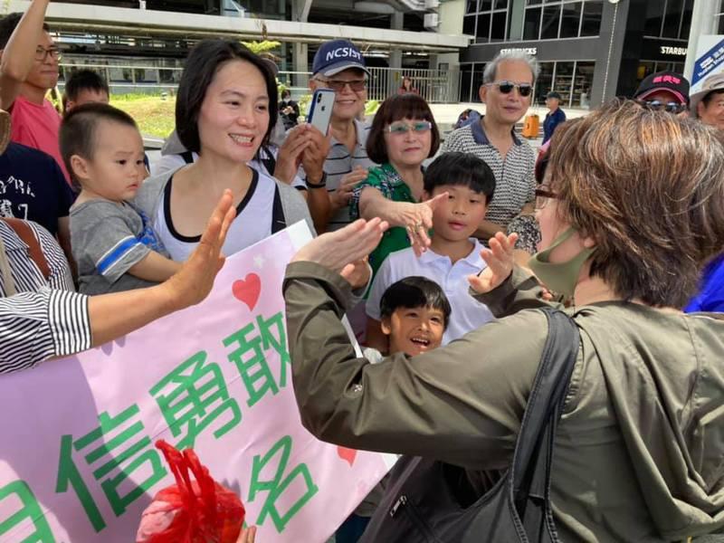 蕭美琴今天搬離花蓮,許多民眾到車站送別。圖/翻攝蕭美琴臉書