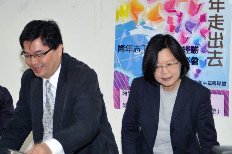 蔡英文總統(右)這一次回鍋民進黨主席,是由洪耀南(左)擔任特別助理。圖/聯合報系資料照片