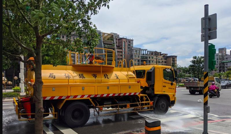 北市環保局啟動熱浪因應措施,出動灑水車執行灑水降溫作業。圖/北市環保局提供。