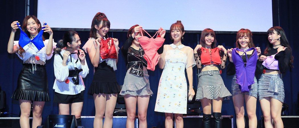L.C.G.勵齊女孩台北出道演唱會總彩排,女團前輩洪詩(右四)受歌迷之託帶來性感...