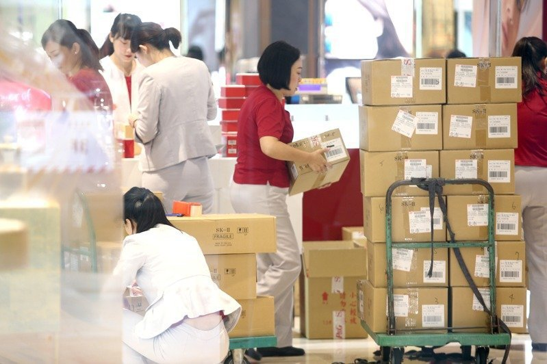 A study of 35-year-old male and female workers in the Greater Taipei area shows that about half of the workers are in low-wage, high-working hours...
