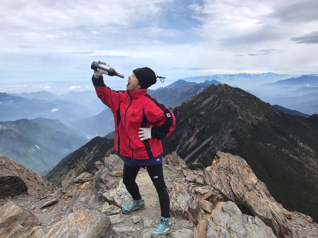 謝麗金在玉山山頂品嘗紅酒。圖/謝麗金提供(※提醒您:禁止酒駕 飲酒過量有礙健康)