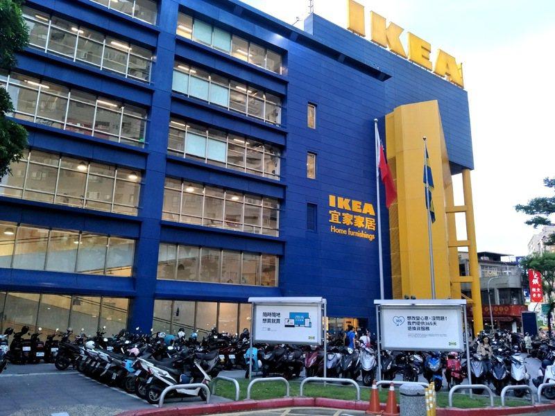 IKEA桃園店關店倒數一個月,精選商品周末超殺優惠吸引人潮,最後4折到絕版品全部清倉,許多民眾打卡留念,預告「下一站,青埔!」。記者曾增勳/攝影