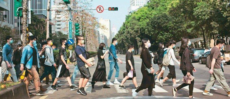 新研究發現,平均75歲的台灣長者日步行3500到6999步,2年後認知功能衰退比例少43%、憂鬱比例少16%;每日行走超過7000步,認知功能衰退比例減少57%、憂鬱比例減少29%。本報資料照