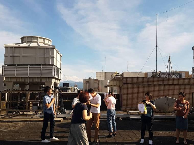 難得一見的天文奇景「日環食」,在今日下午登場,全台民眾爭相觀看。記者簡浩正/攝影