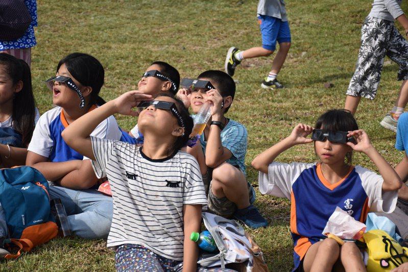 許多小朋友用專用眼鏡欣賞日環食,讚嘆特別的天文景象。記者王思慧/攝影