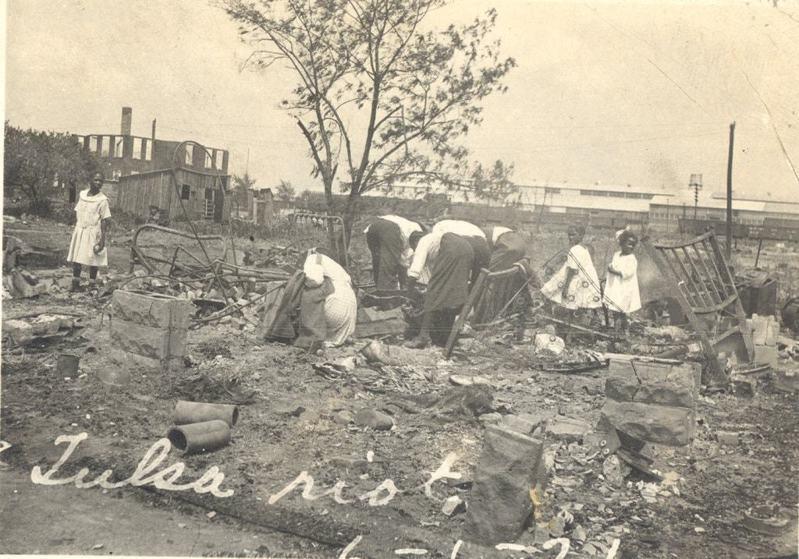 大屠殺過後,民眾在廢墟中撿拾物品。圖/奧克拉荷馬歷史學會