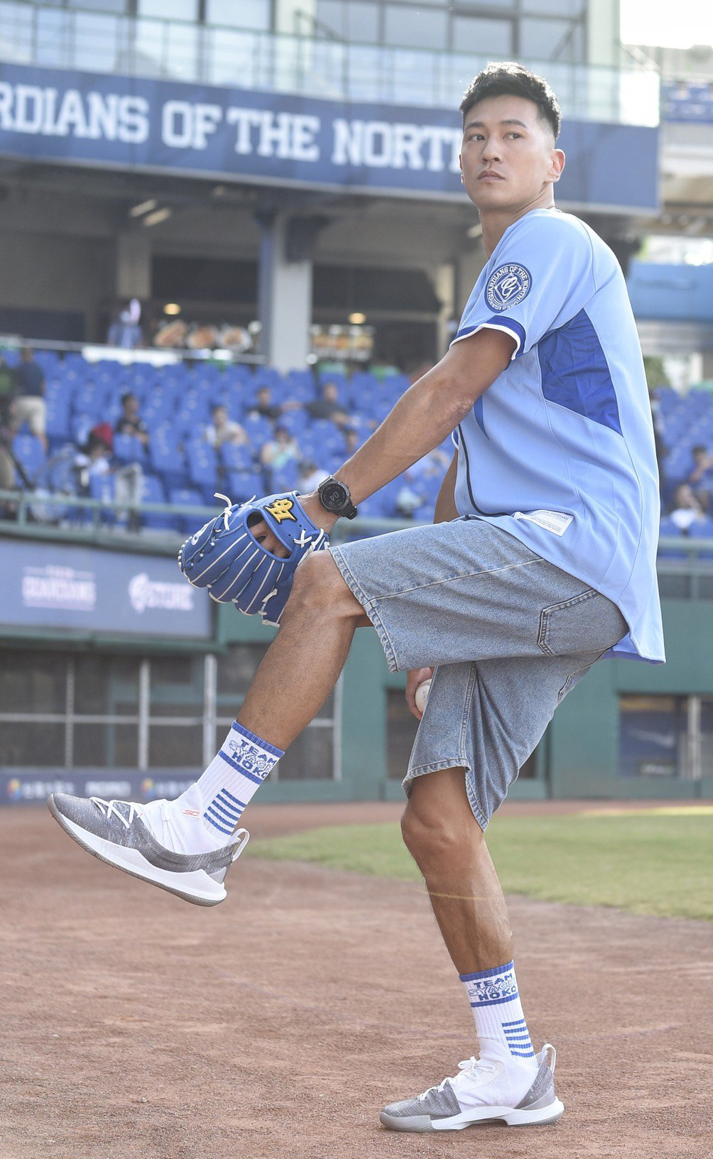 鍾承翰擔任職棒富邦悍將開球嘉賓,人生首次開球。圖/經紀人提供