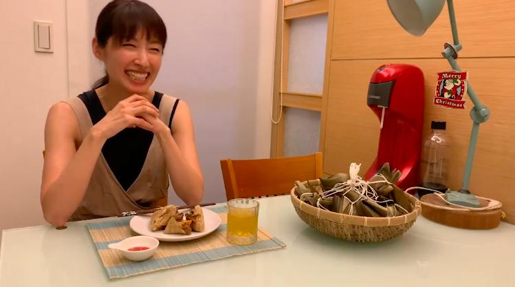 田中千繪包粽子。圖/摘自臉書