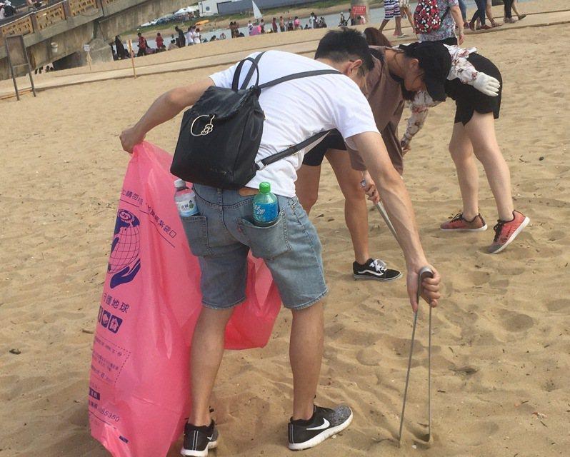 靈鷲山與福容飯店合辦「每月1小時,淨灘愛地球」活動,35名志工在海岸線撿回128公斤的垃圾。圖/靈鷲山提供