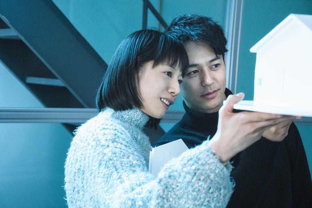 夏帆(左)和妻夫木聰(右)外遇搞不倫戀。圖/中影提供