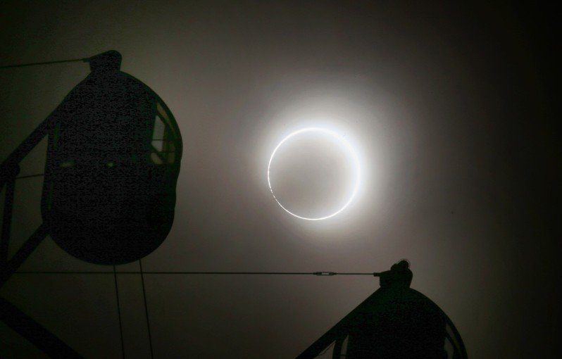 下午4點13分接近食甚時,太陽宛如戒指環帶著貝里珠與摩天輪相映成趣。記者陳易辰/攝影