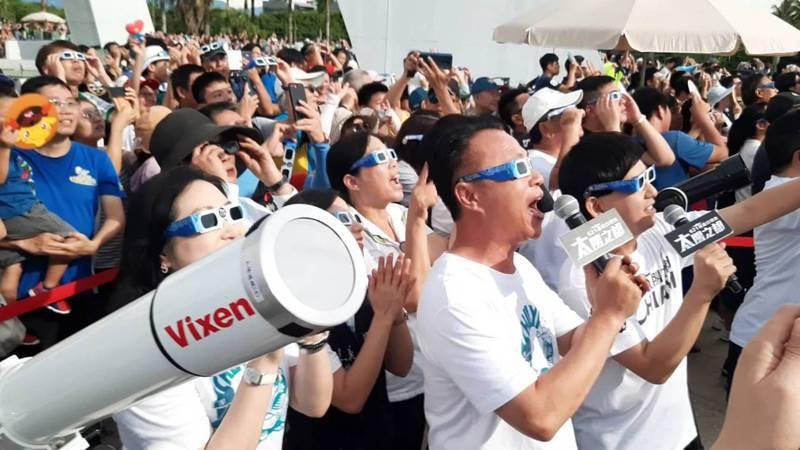 日環食於下午4點13分出現「金戒指」畫面,現場民眾戴上觀日眼鏡拍手歡呼,非常感動。記者陳玫伶/攝影