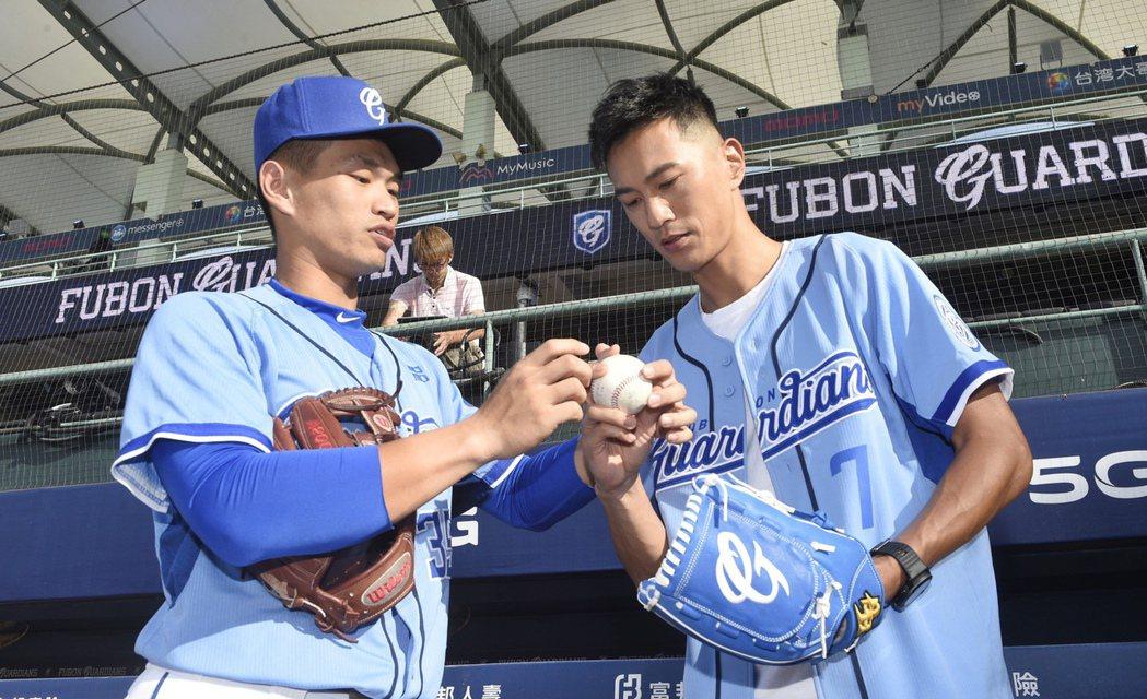 鍾承翰(右)擔任職棒富邦悍將開球嘉賓,接受球員王正棠指導。圖/經紀人提供