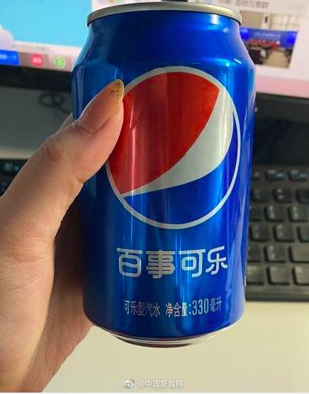百事中國廿一日晚上聲明,百事可樂飲料廠無確診病例,正常供貨。確診的一人是百事旗下的膨化食品廠,與飲料無關。圖翻攝自中新網微博