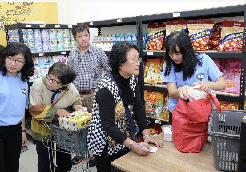 台南市愛心實物銀行幫助許多弱勢家庭,但今年受疫情影響物資減少。本報資料照片