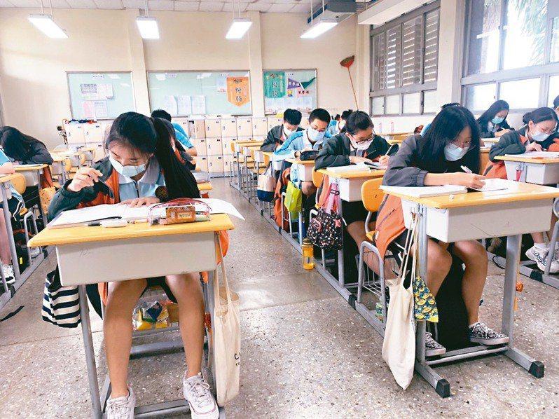 教育部調降高中職班級人數,109學年度國立學校每班35人,私立學校每班40人,彰化縣今年跟上全國腳步。 圖/聯合報系資料照片