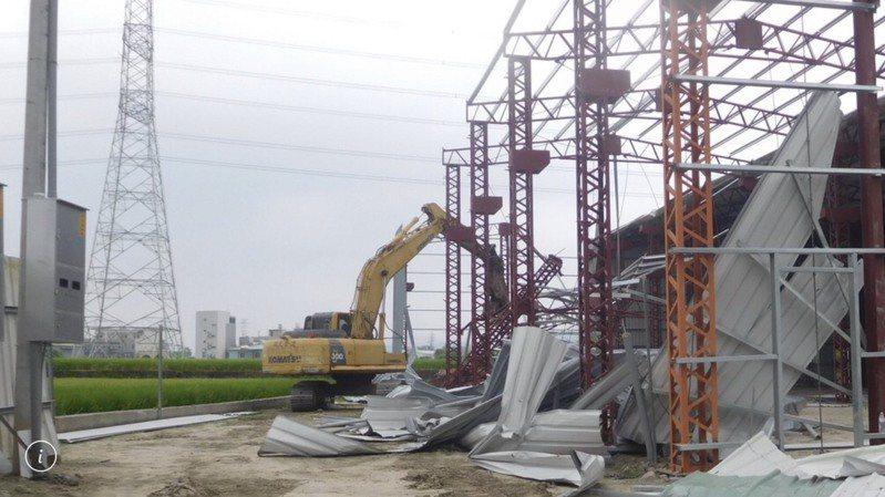 假日後農地常「長」出鐵皮工廠,中市都發局昨表示成立專案,假日接獲檢舉馬上拆除。 圖/台中市都發局提供