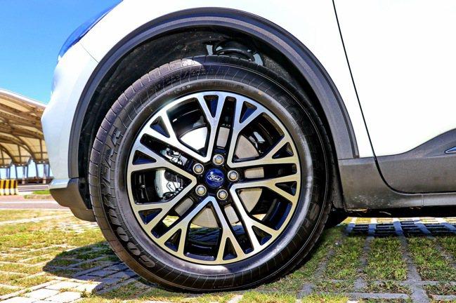 輪圈則搭配18吋5幅星芒鋁圈。記者陳威任/攝影