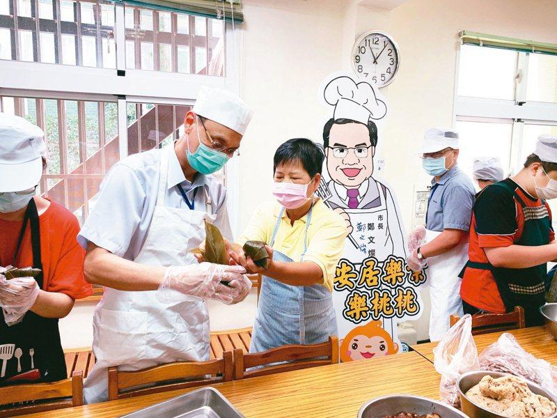 桃園療養院社區復健中心舉行端午包粽活動,讓學員們學習包粽。 圖/桃園療養院提供