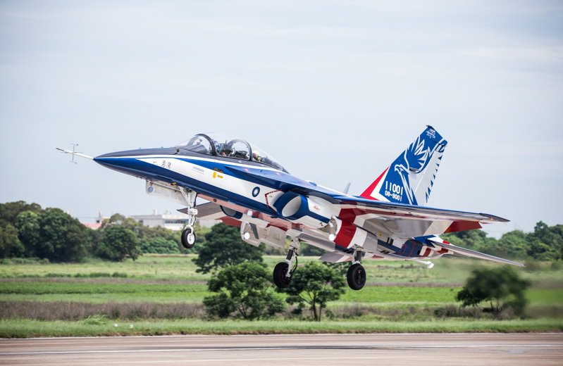 漢翔「勇鷹」高教原型機今天在台中清泉崗首飛。圖/國防部提供