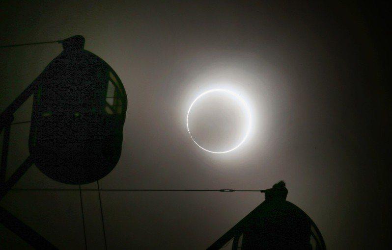 有網友分享約女同事一同看日食,對方說下次一起看,殊不知下一次在台灣是54年後的事。記者陳易辰/攝影