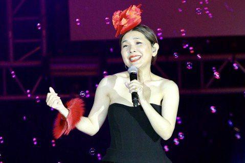 張清芳2005年嫁給宋學仁後定居香港,夫婦育有2個兒子,婚後她漸淡出娛樂圈,不過她因為感念醫護人員的高壓與辛勞,於2012年發起公益演唱會,連續8年在護師節前夕開唱,嘉賓1年比1年還要大咖,今年則因...